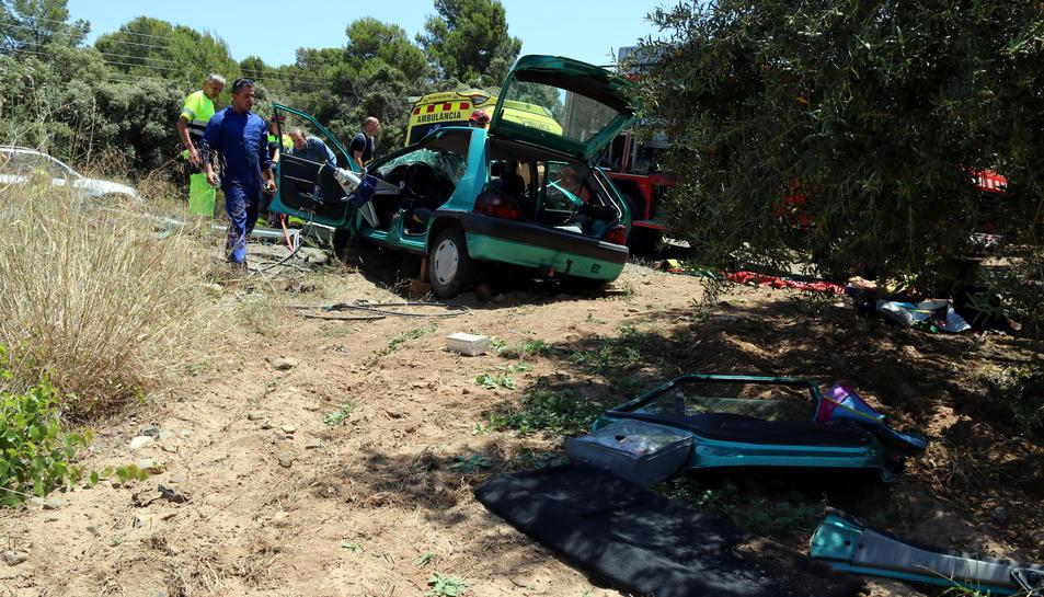 Pla general posterior del vehicle accidentat a la carretera T-302 a Cambrils. Imatge del 14 de juny del 2017