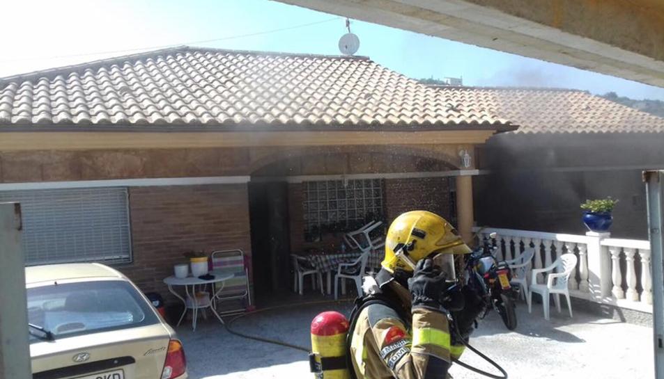 Un bomber a la casa on s'han trobat les plantes de marihuana.
