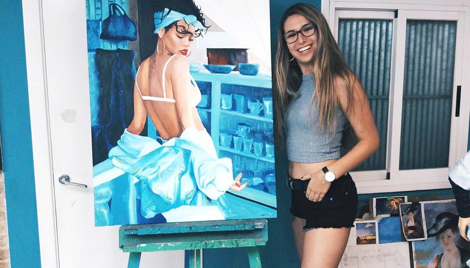 La jove, amb la seva obra.