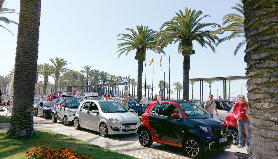 Al passeig Jaume I de Salou hi ha exposats cotxes Smartt de tota mena.