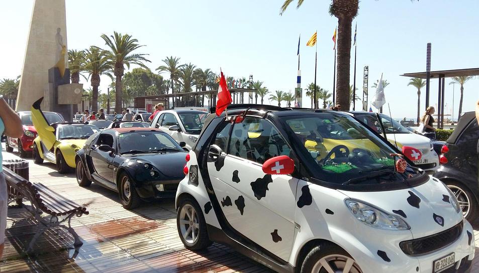 Al passeig Jaume I de Salou hi ha exposats cotxes Smart de tota mena.