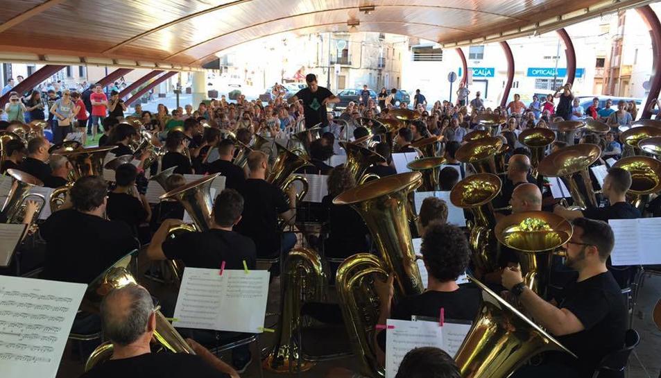 Músics vinguts d'arreu de Catalunya van interpretar junts un concert.