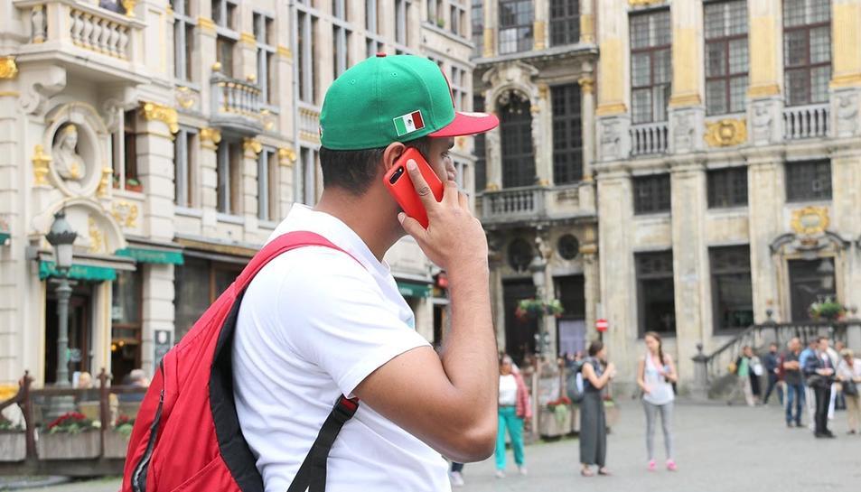 Un turista fent una trucada a Brus