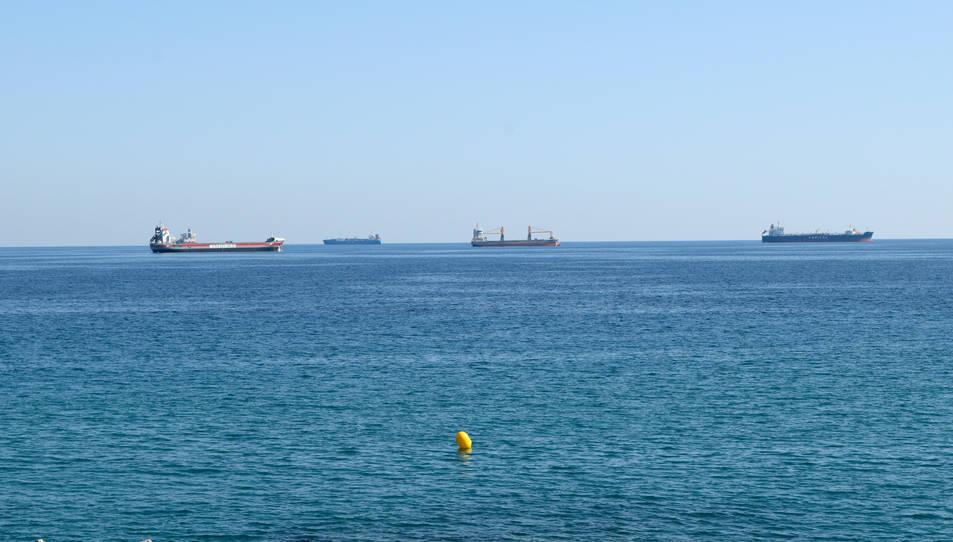 Quatre vaixells de mercaderies davant de les costes de Tarragona aquest dimecres.