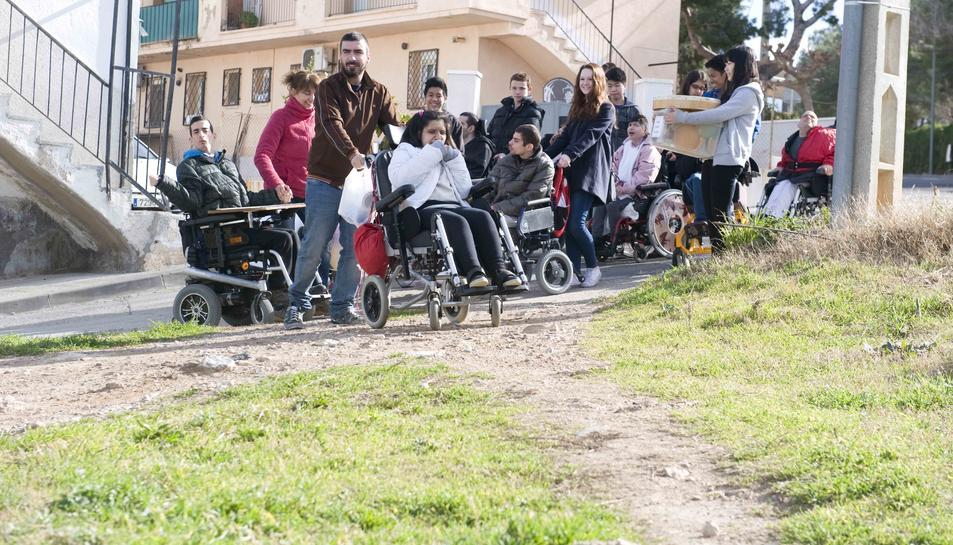 Alumnes de La Muntanyeta, en dificultats per creuar un camí.