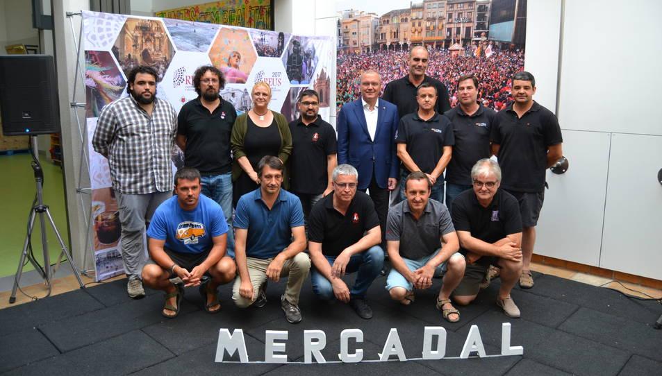 Foto de família de l'alcalde de Reus i la regidora de Cultura, amb presidents i caps de colla dels Xiquets de Reus i de les colles convidades a la Diada del Mercadal.