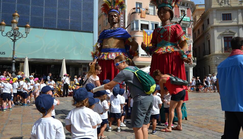 Imatge de la ballada dels Gegants i la Mulassa al Mercadal.