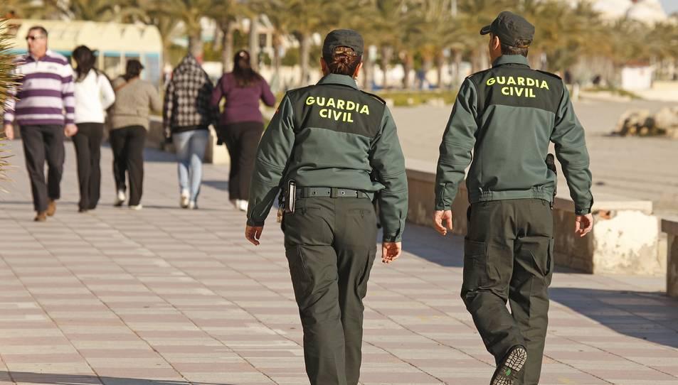 Imatge d'arxiu de dos agents de la Guàrdia Civil.