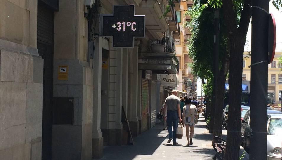 Al carrer Canyelles de Tarragona, el termòmetre marcava 31 graus el migdia d'aquest dijous.