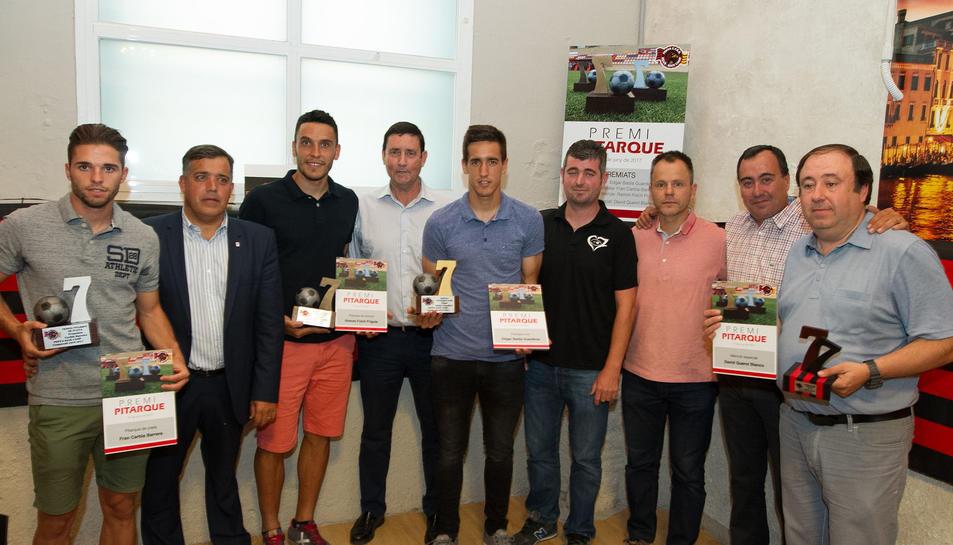 Imatge dels futbolistes del CF Reus guardonats recollint el premi.