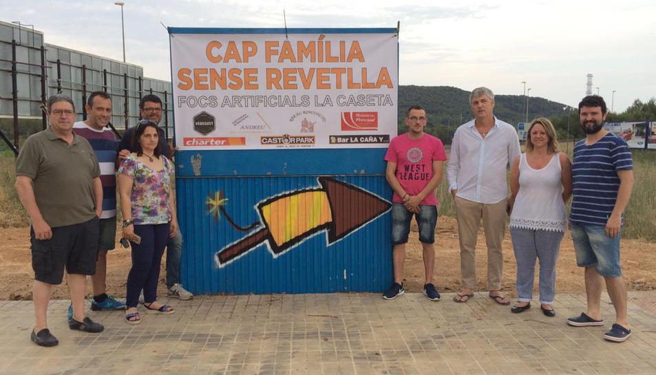 Fotografia de família dels empresaris de Calafell impulsors de la campanya 'Cap família sense revetlla'. Imatge del 16 de juny de 2017 (horitzontal)