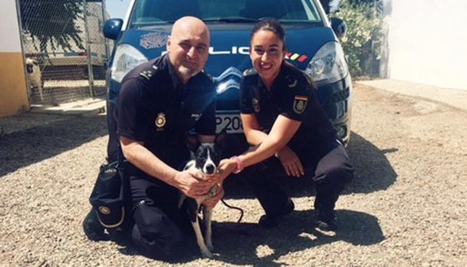 Los agentes con el perro rescatado.