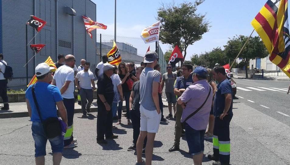 Alguns dels manifestants, que també han repartit fulletons informatius als treballadors que entraven i sortien de la fàbrica.
