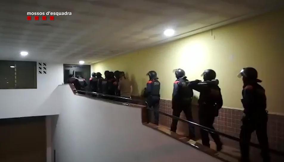 Imatge dels agents dels Mossos d'Esquadra a punt de realitzar una entrada i escorcoll durant l'operació policial.