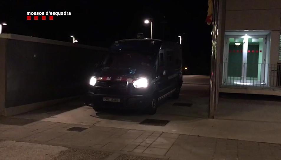 Una furgoneta dels Mossos d'Esquadra davant d'un dels pisos on es va fer una entrada i escorcoll.