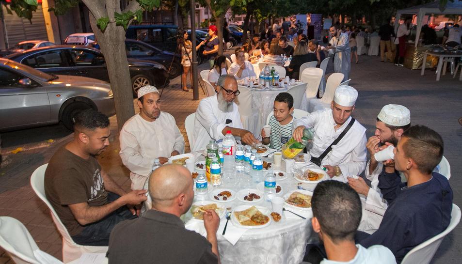 La plaça de l'Abat Oliba es va omplir de famílies per poder gaudir de l'acte, organitzat per l'Associació de Musulmans de Reus i Comarca.