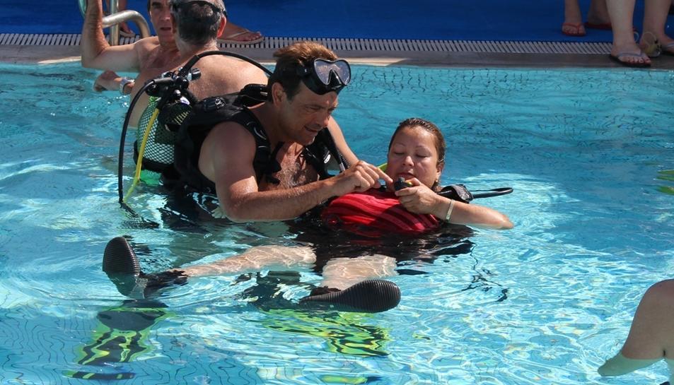 Els alumnes han fet immersions a l'aigua de la mà d'instructors professionals.