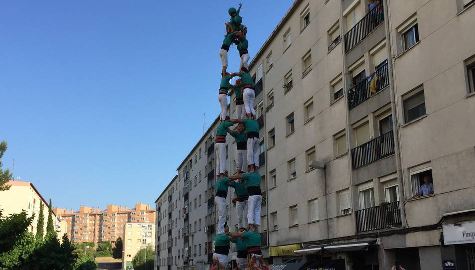 3de8 dels Castellers de Sant Pere i Sant Pau descarregat a les festes del seu barri