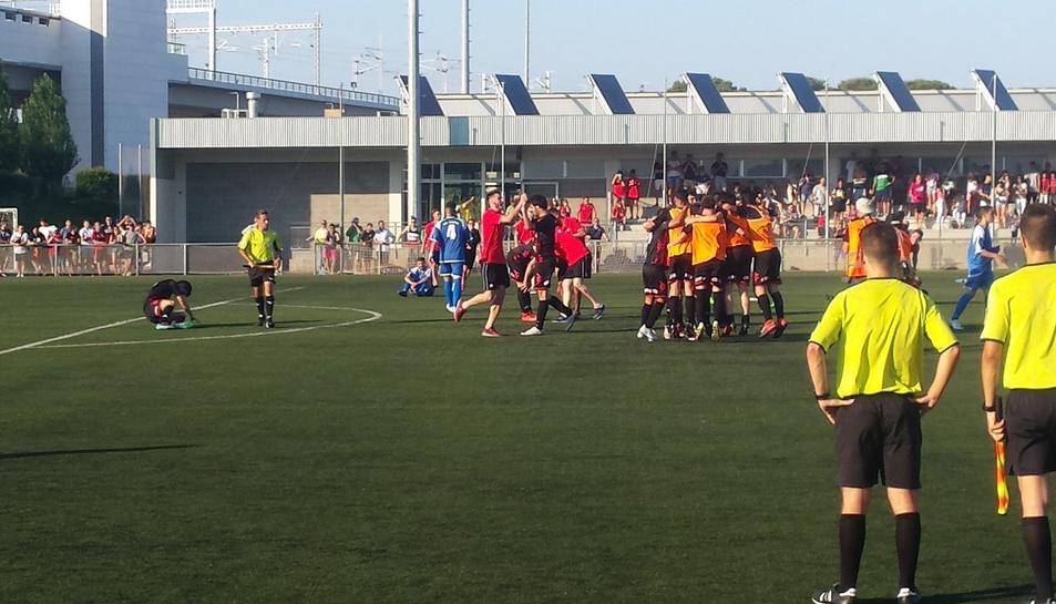 Els jugadors del Reus B celebren en el centre del camp.