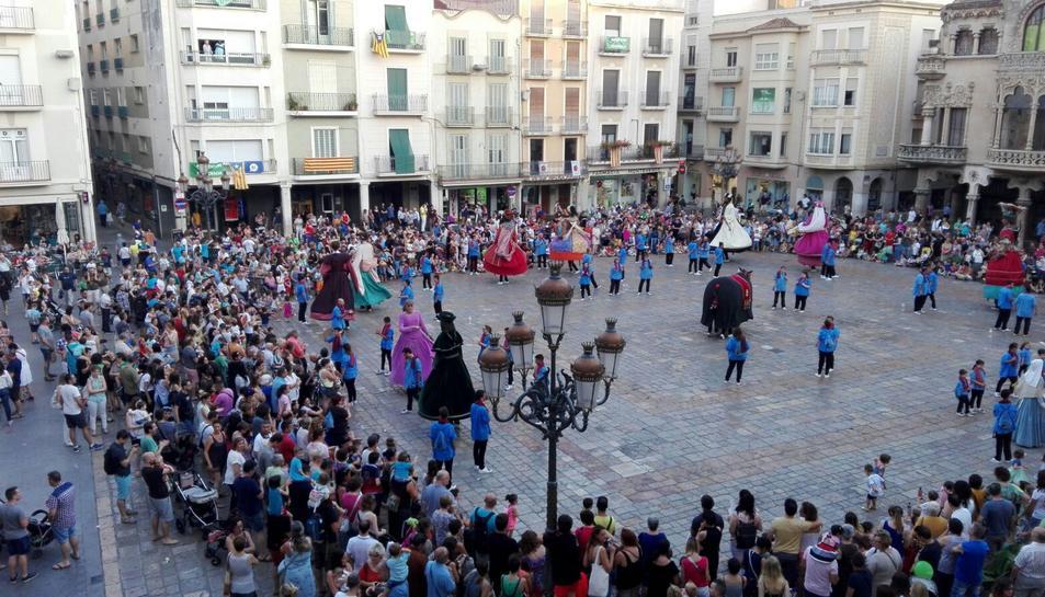 Els Gegants i la Mulassa de Reus ballant a la plaça Mercadal en motiu de l'inici de la Festa Major de Sant Pere 2017.