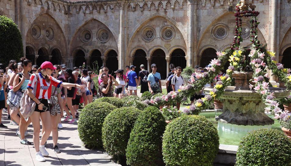 El pati de la Catedral s'omple de visites per veure l'ou com balla, tradició de la celebració de Corpus.