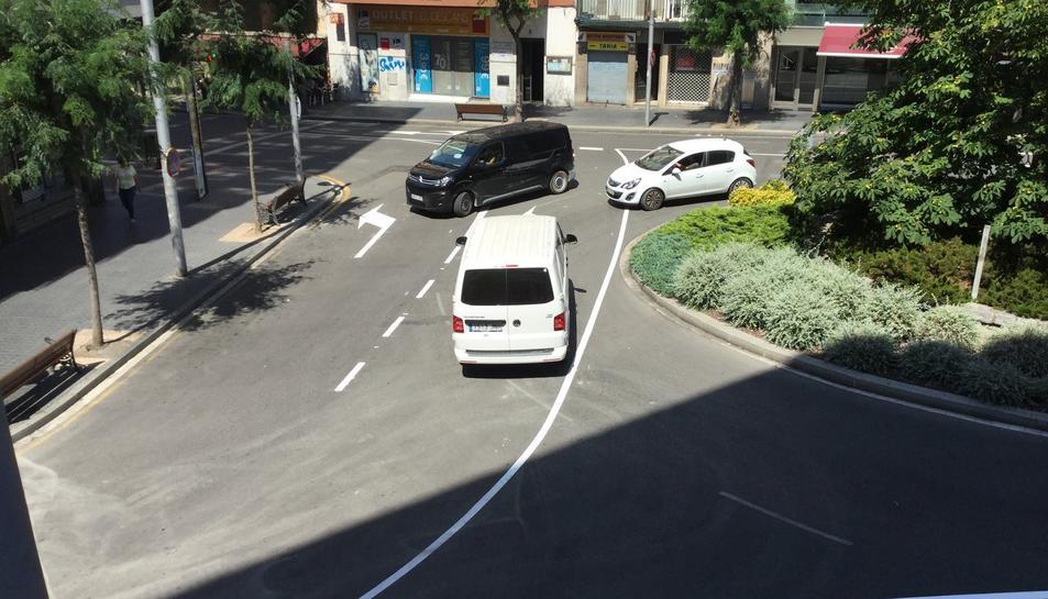 Dos conductors no s'adonen que ha canviat el sentit i que plaça Ponent ja no és una rotonda i gairebé topen amb un vehicle.