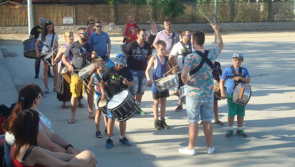 Un grup de persones prepara la Timbalada al Parc del Francolí.