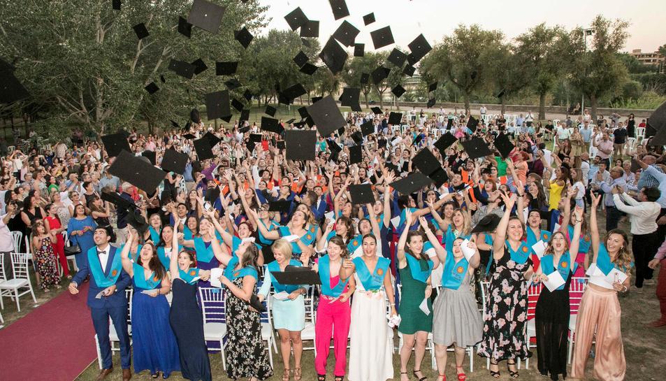 Pla general dels estudiants del Campus Terres de l'Ebre de la URV en l'acte de cloenda del curs. Imatge del 16 de juny de 2017
