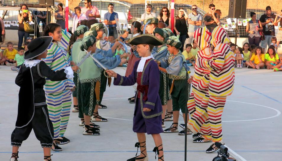 Imatge de la pre-estrena del Ball de Marcos Vicente a la festa de final de curs de l'Escola la Vitxeta.