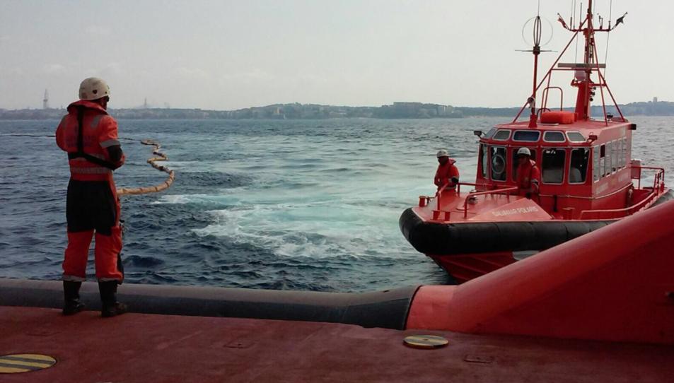 Imatge de l'exercici contra la contaminació marina realitzat davant de Cap Salou.