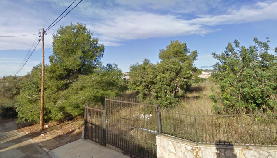 Un dels solars amb vegetació de la urbanització Bellamar de Calafell.