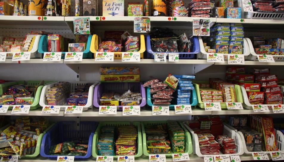 Imatge d'arxiu d'una estanteria plena de productes pirotècnics.