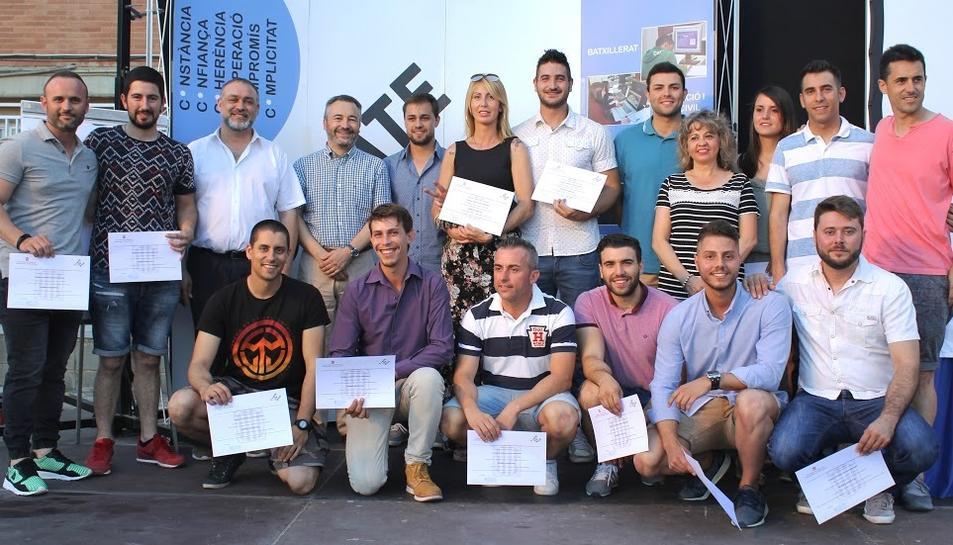 Imatge d'un dels grups d'FP Dual de l'Institut Compte de Rius graduats.