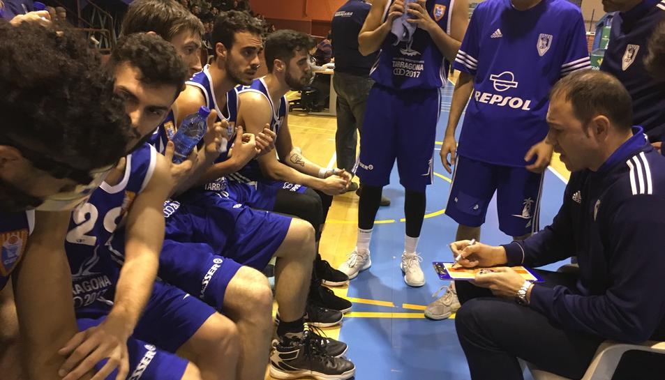 Berni Álvarez, a la dreta de la imatge, donant instruccions als seus jugadors.