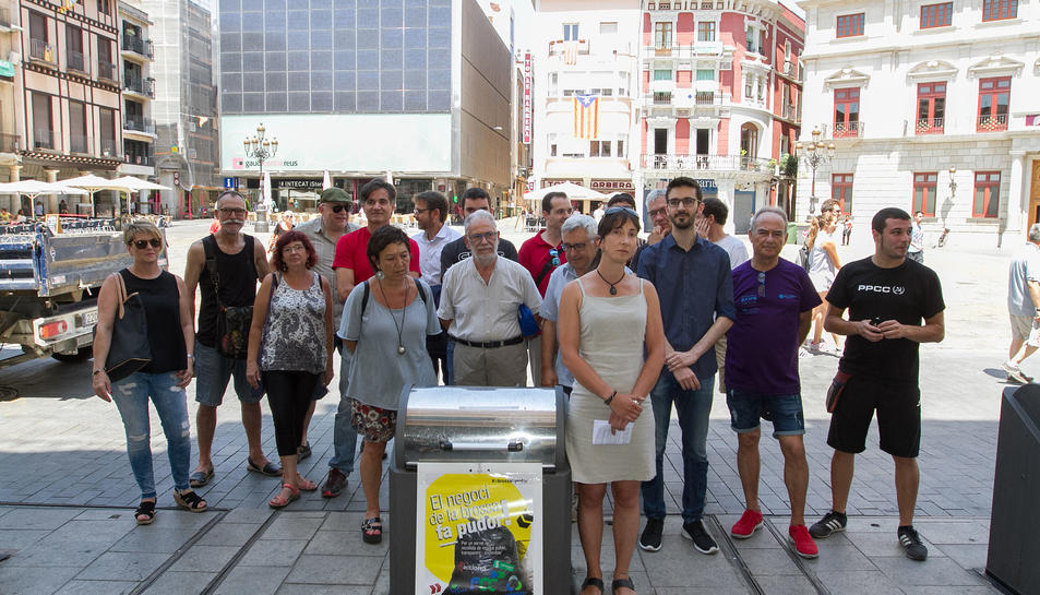 El col·lectiu va llegir un manifest a la plaça del Mercadal.