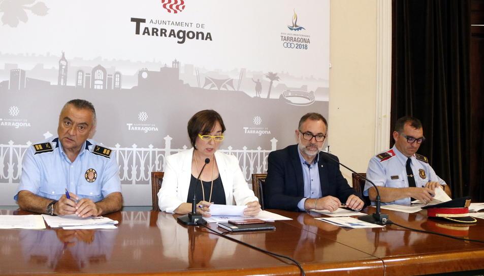 Pla general de la roda de premsa posterior a la reunió de la Junta Local de Seguretat de Tarragona, amb la regidora Floria, els responsables de Guàrdia Urbana i Mossos, i el director d'Interior a Tarragona. Imatge del 20 de juny del 2017