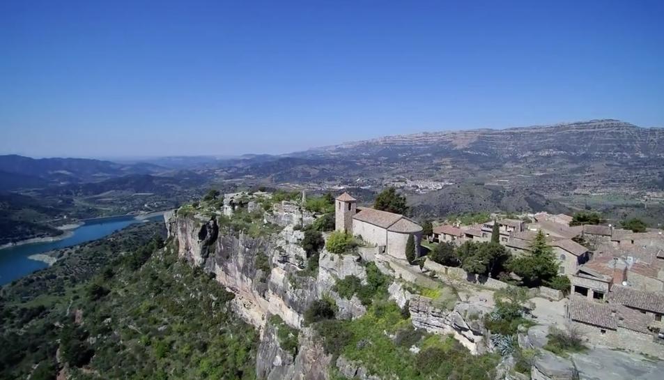 Un dels fotogrames del vídeo, on es veu el poble de Siurana i el pantà.
