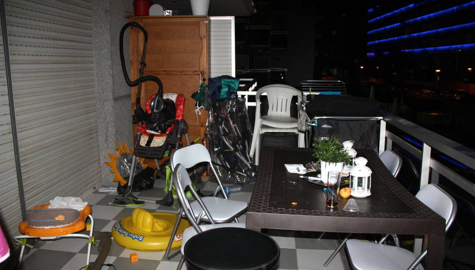 Pla general del balcó del pis on van trobar la dona morta l'agost passat.