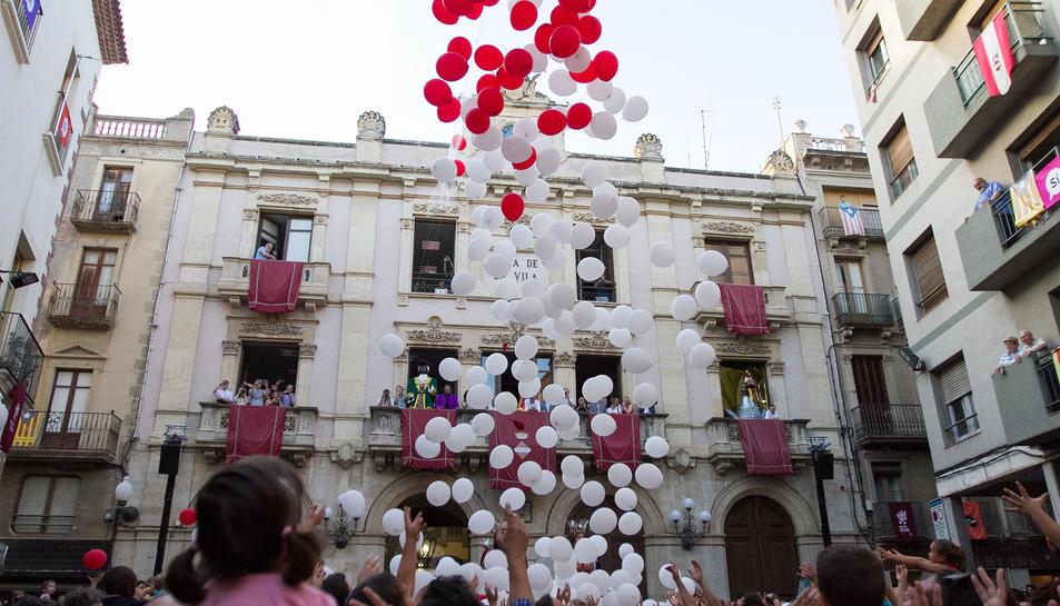 L'Àliga va sortir al balcó del saló de plenaris de la Casa de la Ciutat per anunciar l'arribada de les festes.