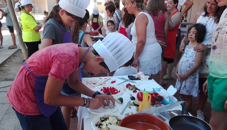 Els infants de 5 a 14 anys també han pogut cuinar la seva pròpia samfaina en parelles en l'edició d'enguany.