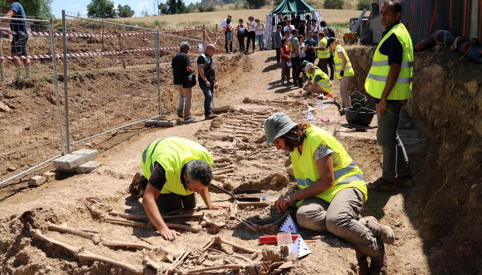 Els arqueòlegs treballant a la fossa de Figuerola d'Orcau, al Pallars Jussà.