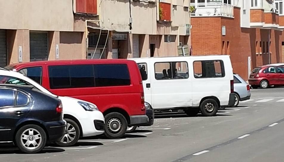 Imatge de furgonetes objete de les queixes que fan els veïns de l'entorn de plaça de Catalunya.