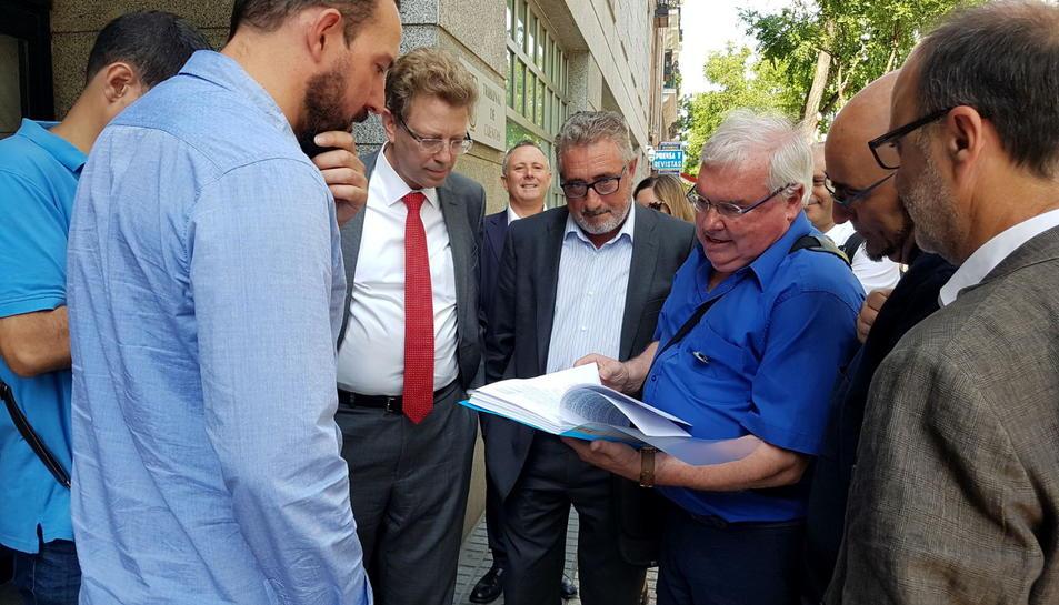 El portaveu de la Plataforma del Sénia, Evelio Monfort, amb els documents de la sol·licitud d'investigació envoltat de diputats, senadors i l'alcalde d'Alcanar a la porta del Tribunal de Comptes. Imate del 21 de juny de 2016