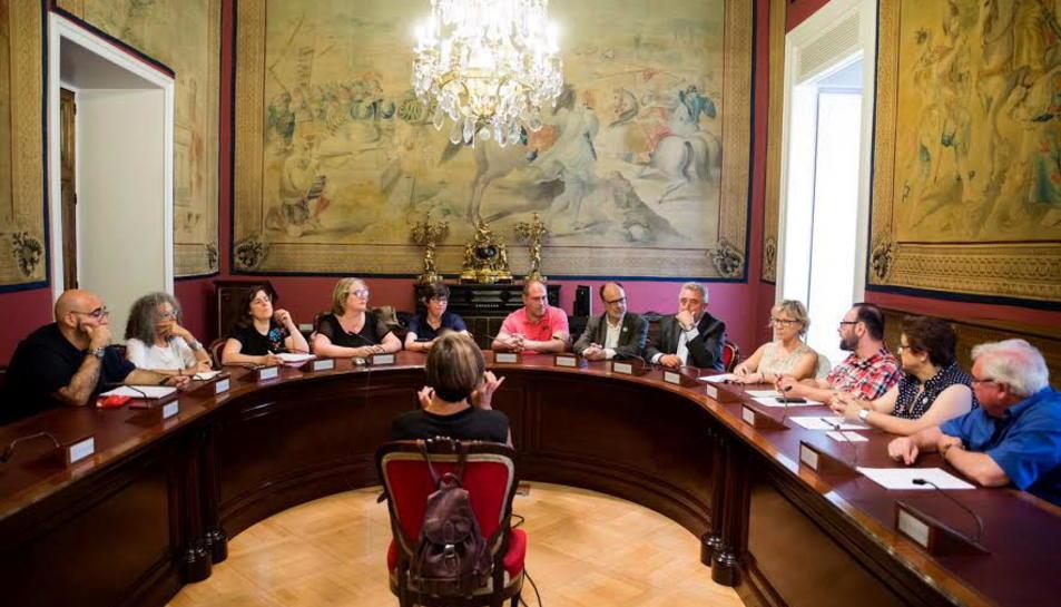 Representants de la Plataforma del Sénia, a la dreta, reunits amb representants dels partits al Senat. Imatge del 21 de juny de 2017
