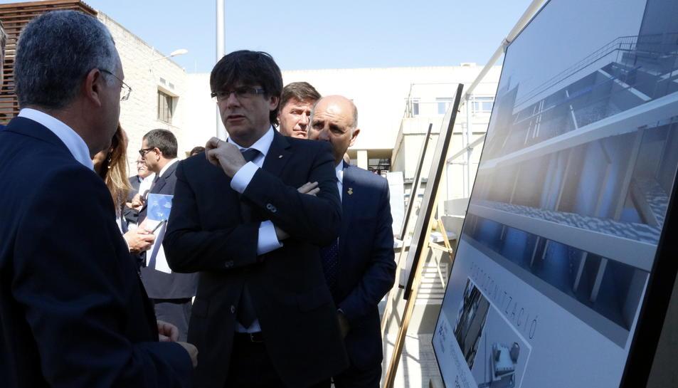 El president de la Generalitat, Carles Puigdemont, escoltant les explicacions dels tècnics del CAT sobre la planta d'ozó, aquest 21 de juny de 2017
