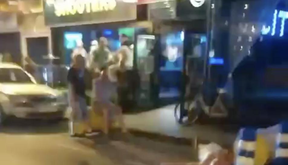 Captura d'imatge del vídeo en què es pot veure l'home estirat al terra.