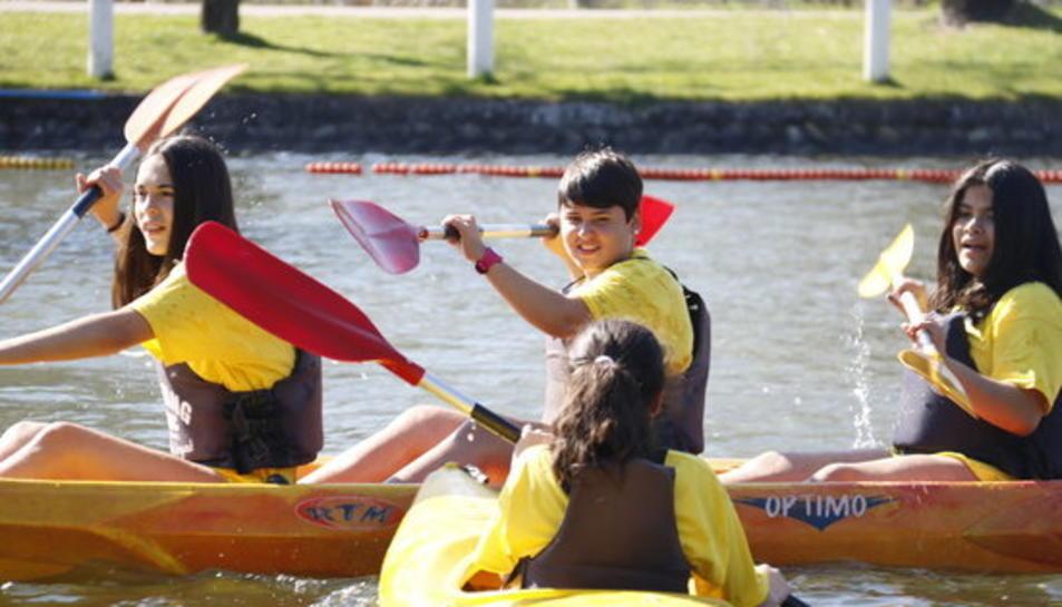 Imatge d'arxiu d'unes noies en caiac i canoa.