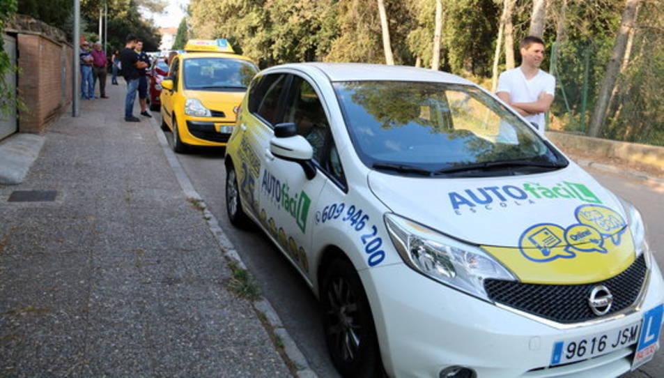 Cotxes d'autoescola esperant el primer dia de vaga d'examinadors el 2 de juny de 2017.