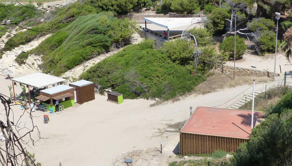 El punt de salvament i socorrisme de Cala Crancs es troba a l'edifici dels Triangle.