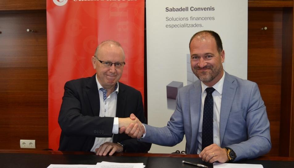 Issac Sanromà i Joel Díez rubricant el conveni de col·laboració de les dues entitats.